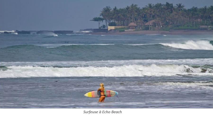 Surfeuse à Echo Beach