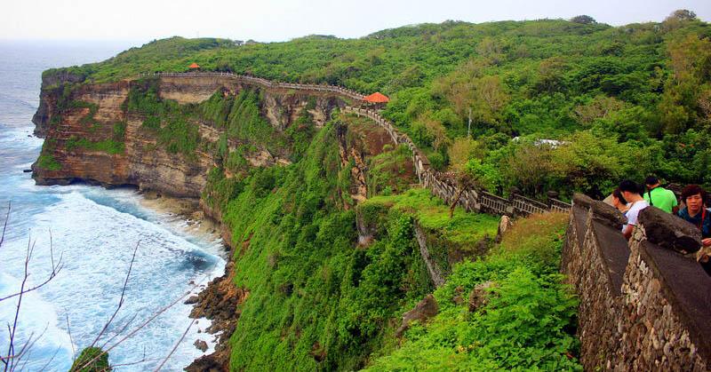 Uluwatu-Temple-with-beautiful-cliff-ocean-view